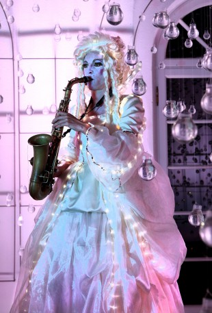 26---LED-StelzenkleidSaxophonfrau